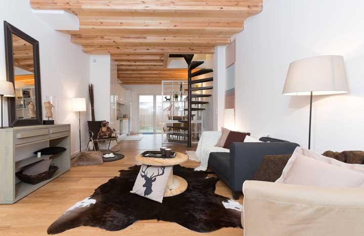 Sala rústica moderna com mesa de centro feita com carretel de madeira