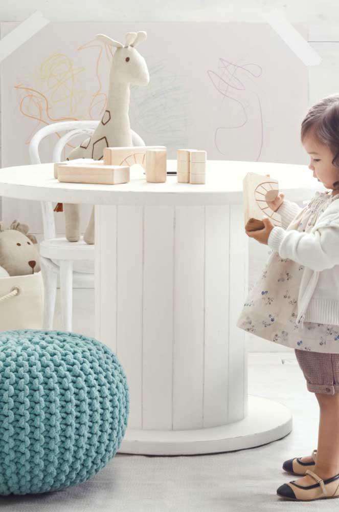 Que proposta linda! Mesa de carretel no quartinho infantil