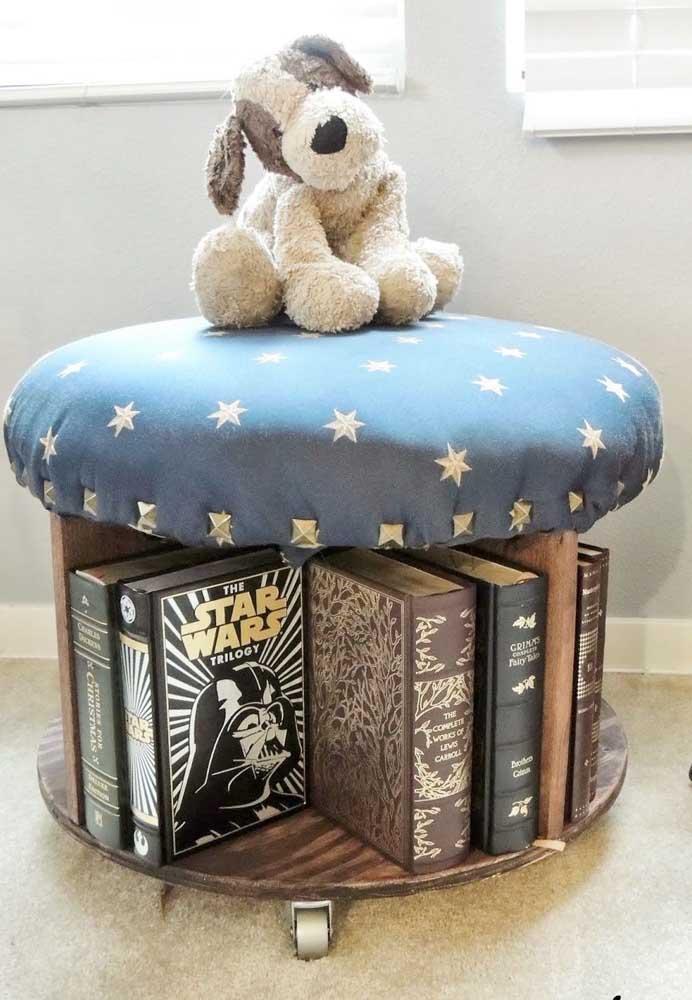 Com uma almofada fixa em cima, a mesa de carretel passa a ser também um ótimo assento, sem falar nas divisórias que comportam os livros