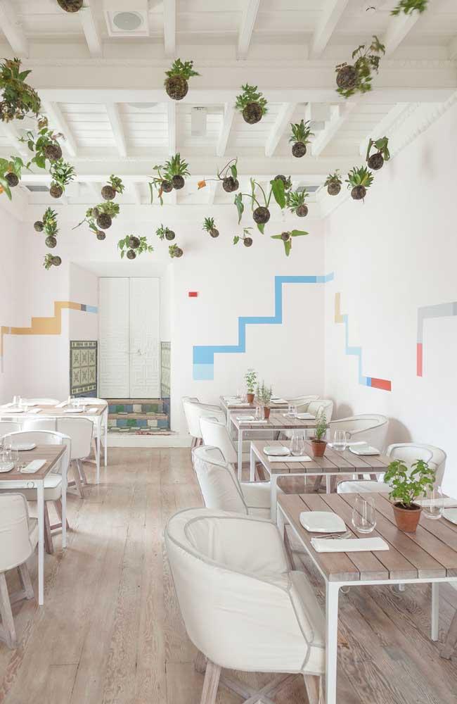 Nesse restaurante, as kokedamas tomaram o teto e criam uma decoração verde encantadora e muito original