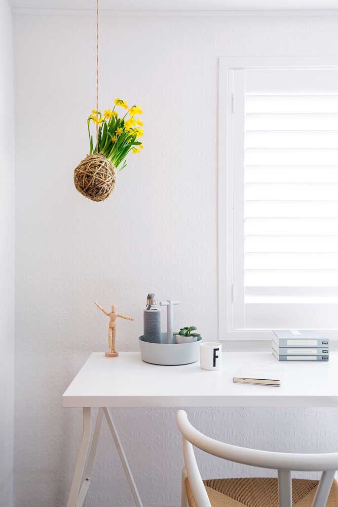 A decor clean e neutra ganhou vida com a kokedama de flores amarelas