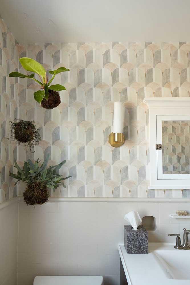 No banheiro, as kokedamas decoram e ajudam a purificar o ambiente