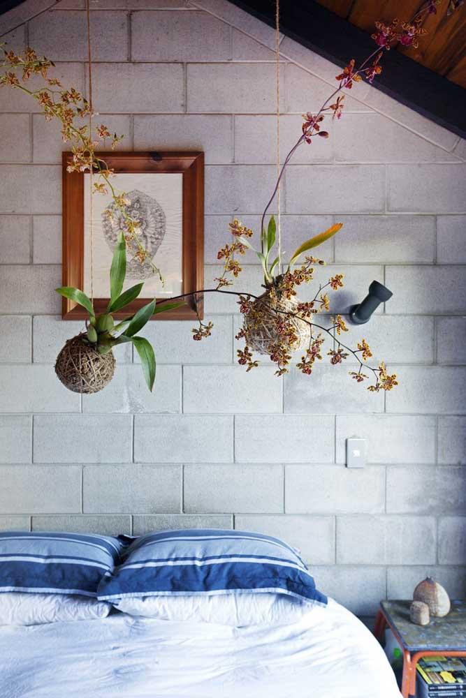 Kokedamas de orquídeas sobre a cama do casal; lembre-se que para esse tipo de planta é importante usar um substrato especifico
