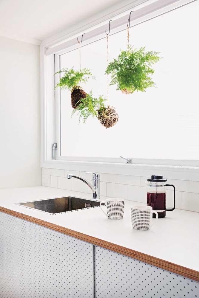 Ótimo lugar para as kokedamas: na janela da cozinha