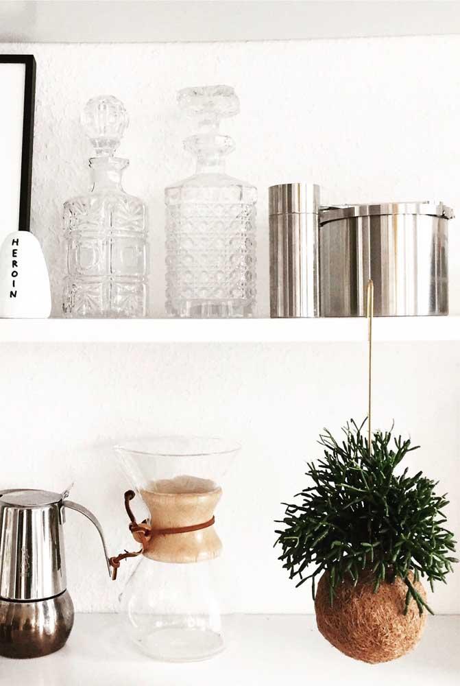 Faça sua kokedama e pendure-a onde quiser; aqui, o arranjo foi apoiado no armário da cozinha