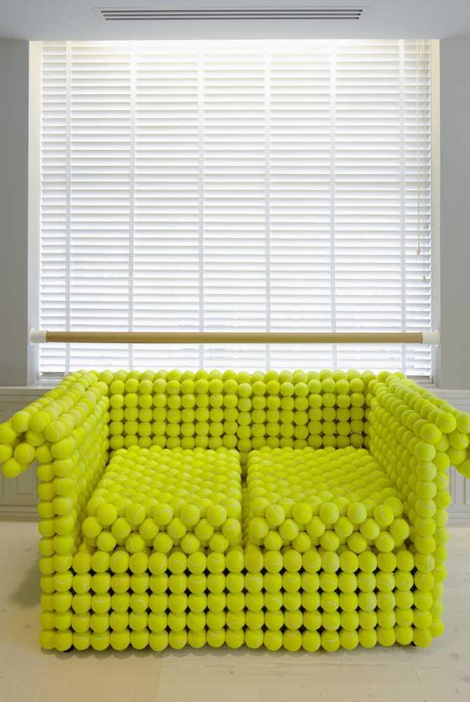 Inspiração super criativa de sofá revestido com bolinhas de tênis.