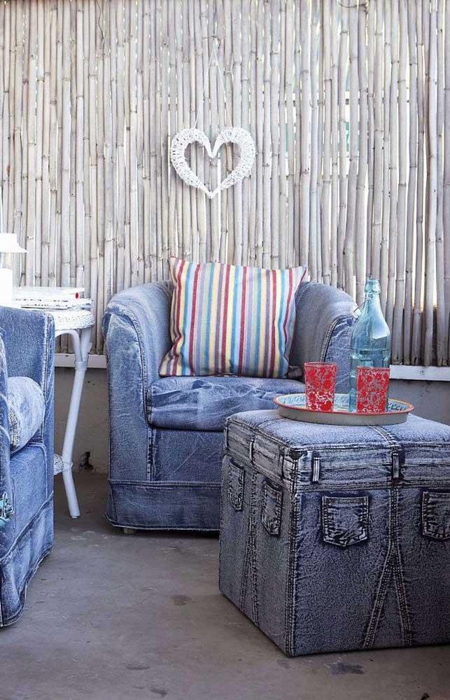 Jeans velhos para criar móveis reciclados na sala de estar