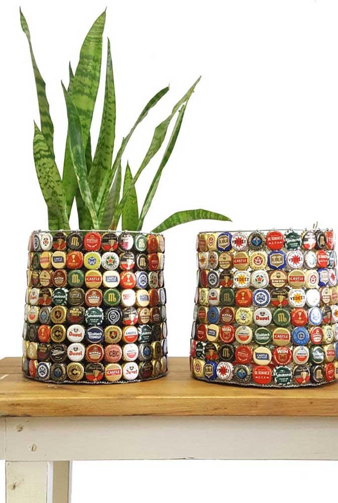 Já os vasos de plantas ficam mais simpáticos com as tampinhas de garrafa