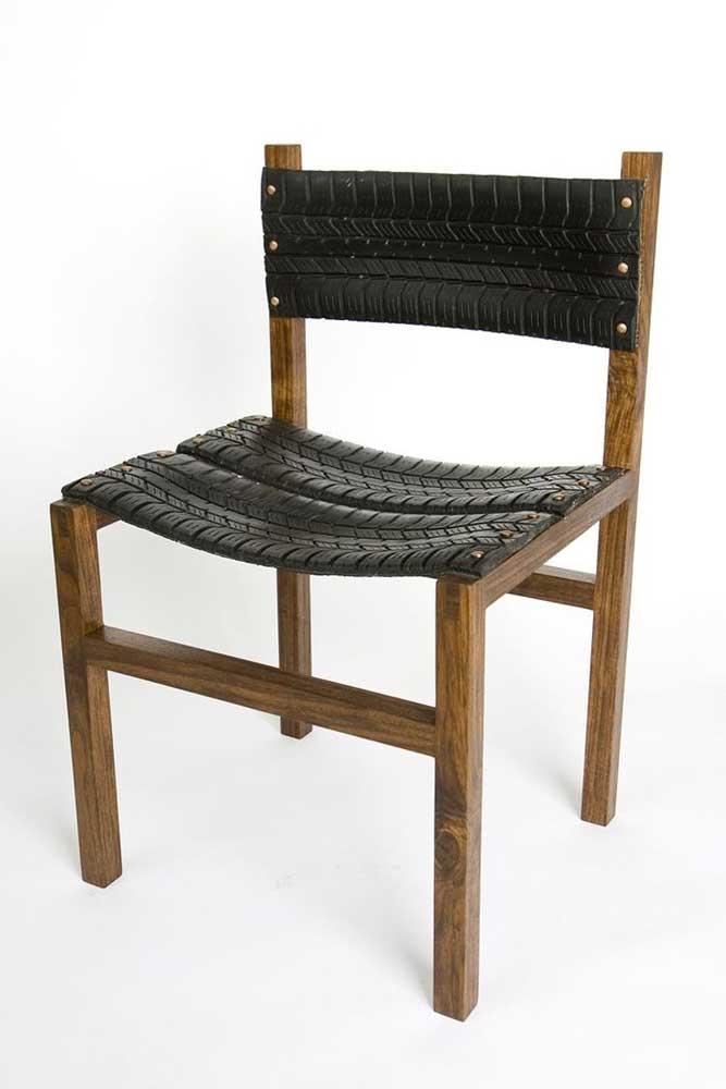 Cadeira com assento e encosto feito em pneu reciclado