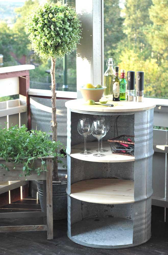Esse barril se transformou em um mini bar incrível, com direito a prateleiras internas e tampo em madeira