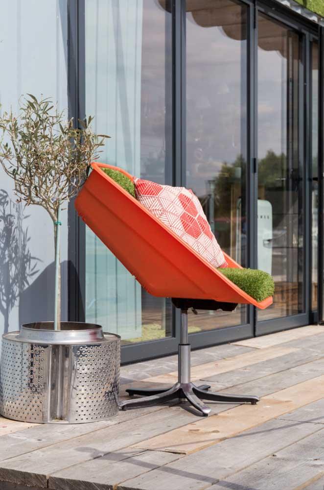 Cadeira irreverente com materiais reciclados e visual moderno
