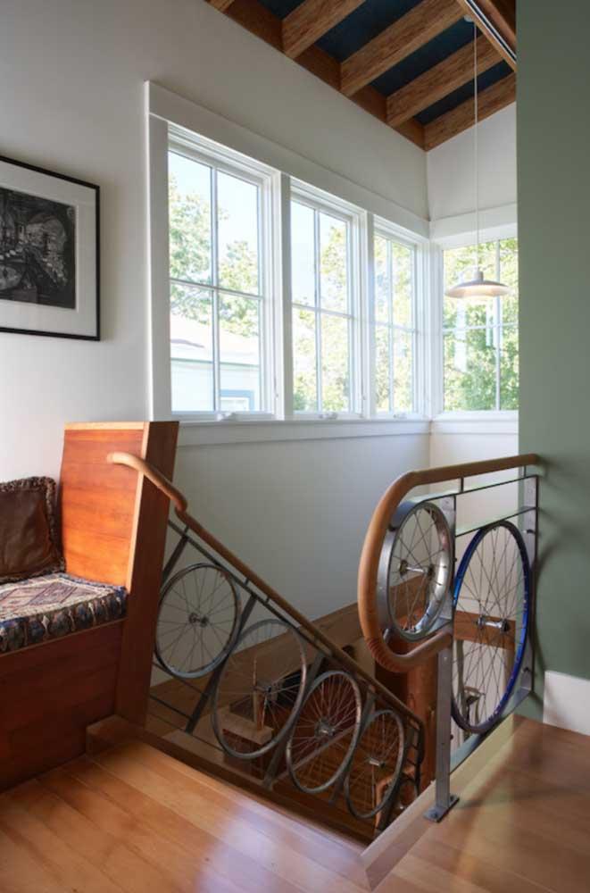 Já aqui, as rodas de bicicletas ganharam nova função ao serem aplicadas no guarda corpo da escada