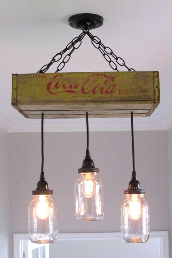 Luminária feita com caixote de madeira e potes de vidro