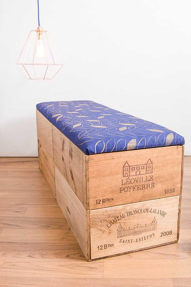 Aqui, os caixotes de madeira viraram um puff super bacana, com base estofada