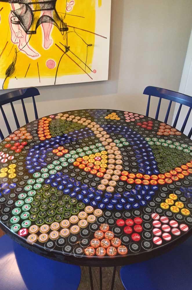 Olha essa ideal que genial: as tampinhas de garrafas cobrem o tampo da mesa com uma linda mandala
