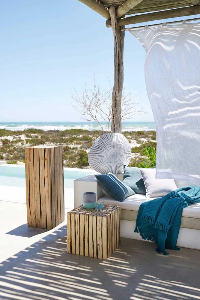 A casa de praia combinou super bem com os caixotes de madeira servindo como mesas de apoio