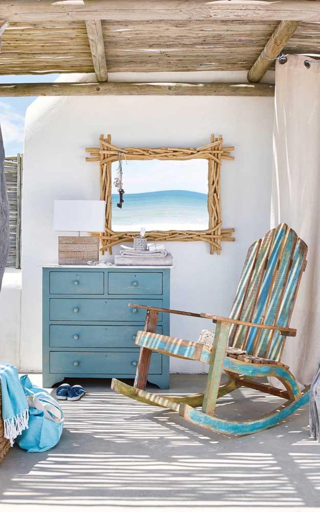 Cadeira de balanço reciclada para acompanhar a decoração da casa de praia