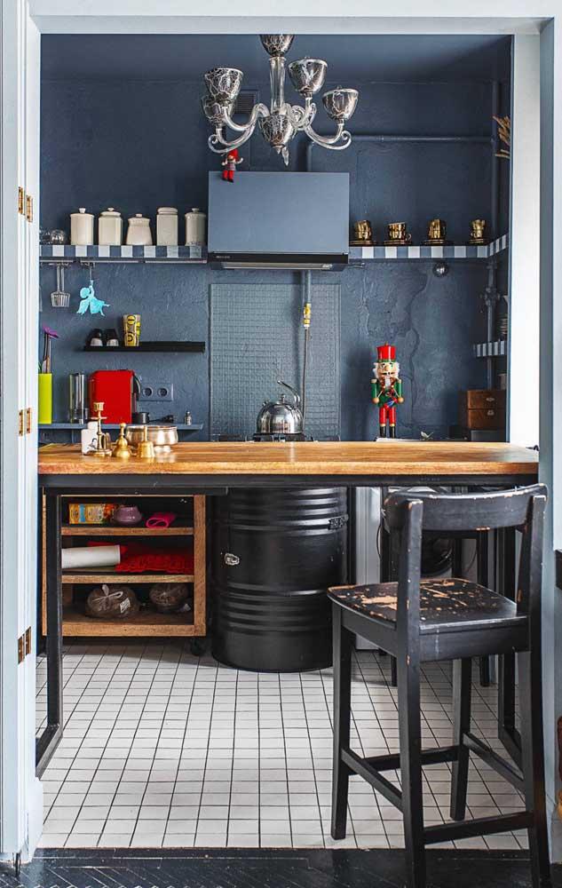 Nessa cozinha moderna e industrial, o latão foi incluído como suporte para o cooktop