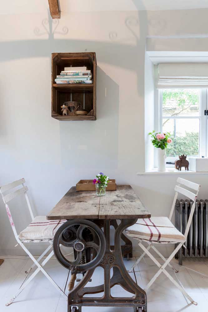 Aqui, a mesa de costura se transformou em uma mesa de jantar criativa e original