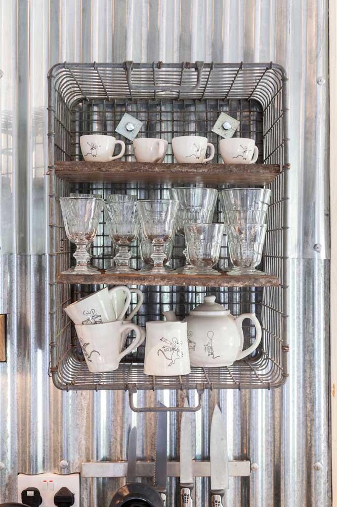 O cesto aramado antigo virou um nicho perfeito com prateleiras para a cozinha