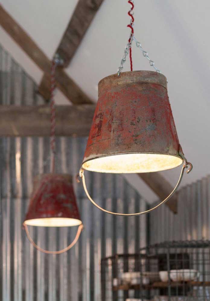 Luminárias feitas com baldes de ferro; super original!