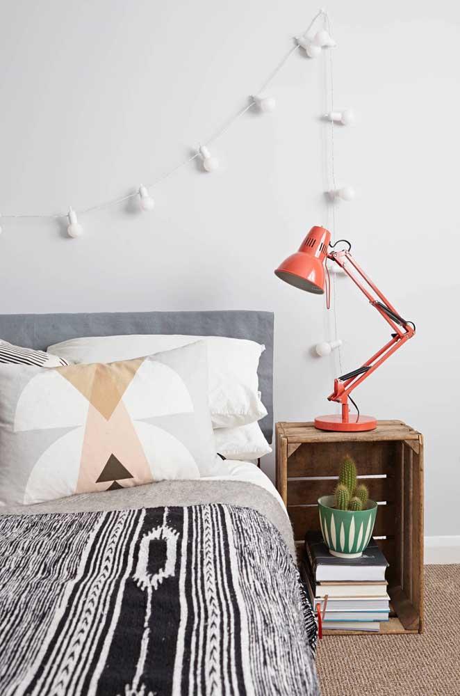 Caixote de madeira como criado mudo; decoração super barata e fácil de fazer