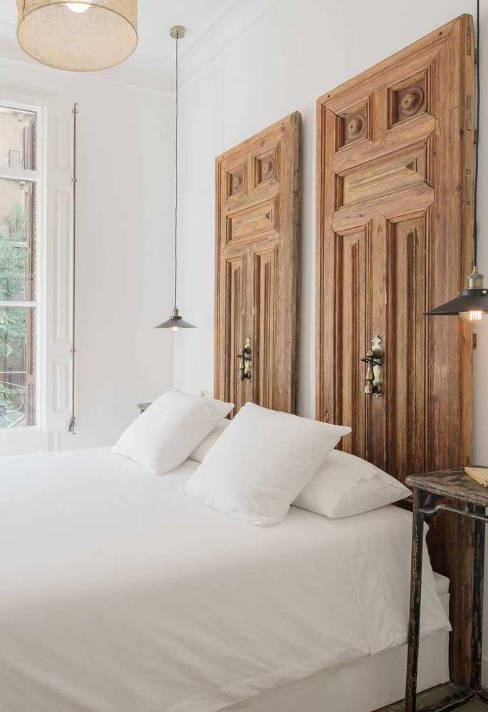 Linda cabeceira de cama feita com portas de madeira reutilizadas