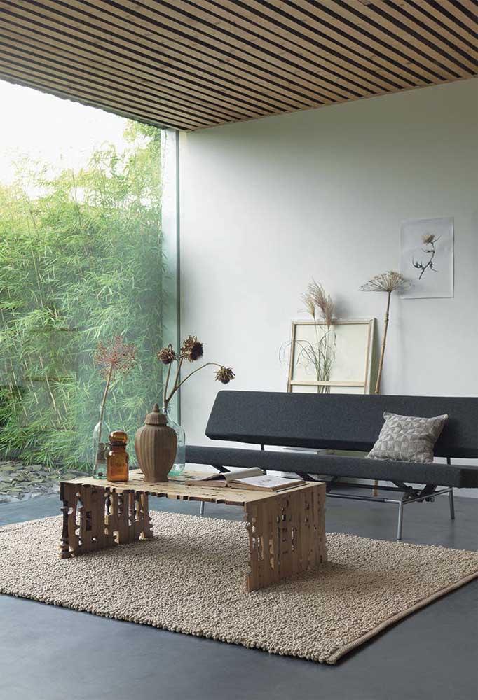 Sala de estar moderna decorada com mesa de centro de papelão