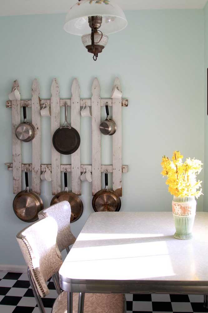 Cerca de madeira vira porta panelas na cozinha rústica