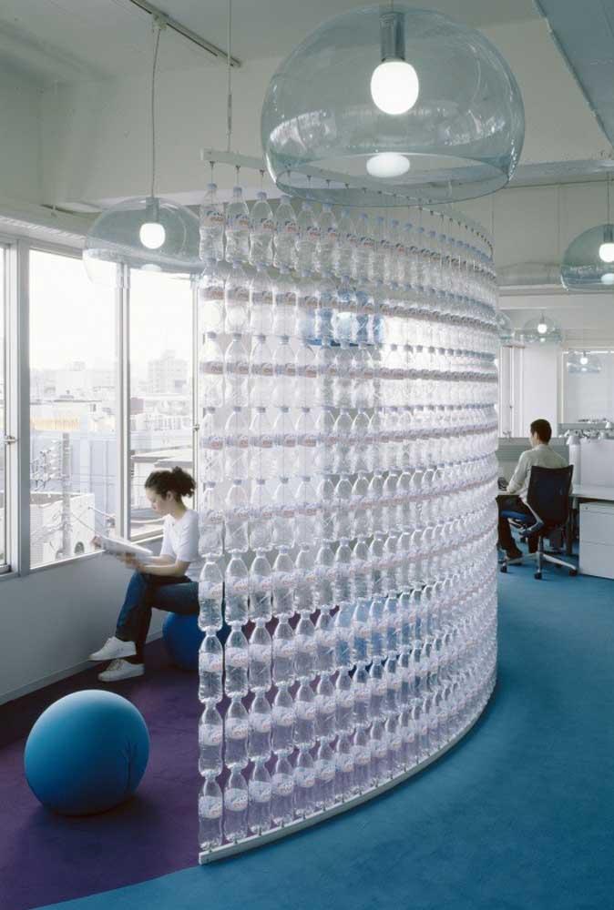 Garrafas pet alinhadas e suspensas formam uma parede sustentável no escritório