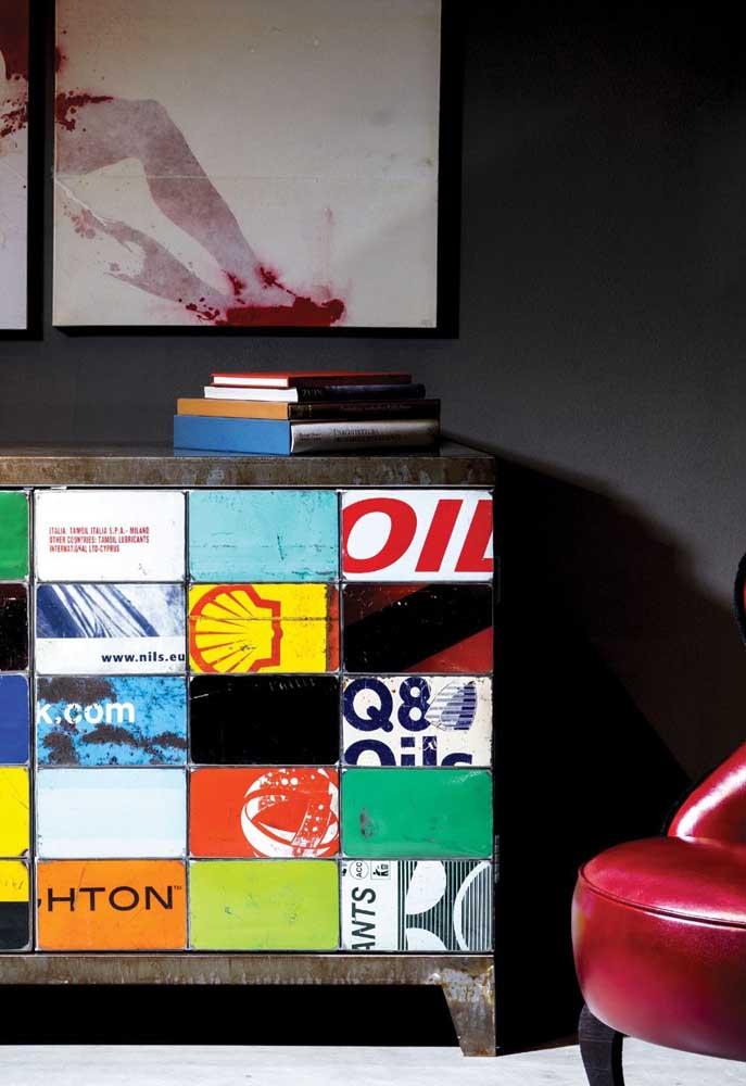 Aparador reciclado para a sala de estar revestido com banners publicitários