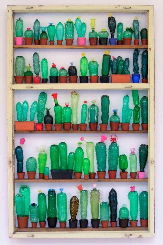 As garrafas pet foram transformadas em cactos para compor essa decoração na estante