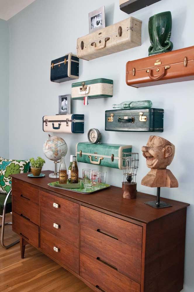 Malas recicladas se transformaram em prateleiras para o quarto