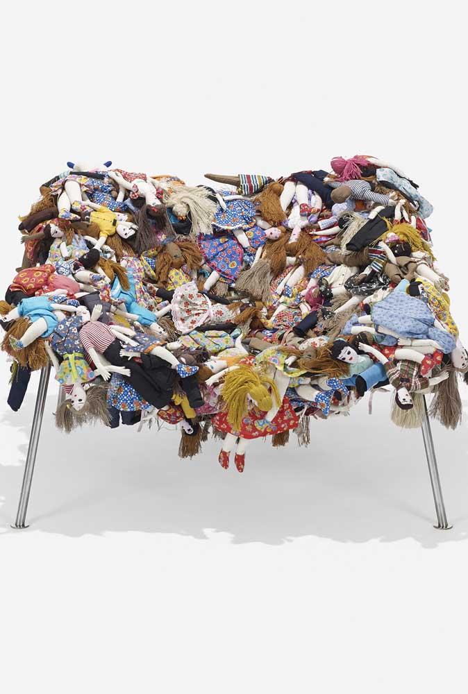 Nessa outra cadeira, ao invés de pelúcia foram usadas bonecas de pano como revestimento