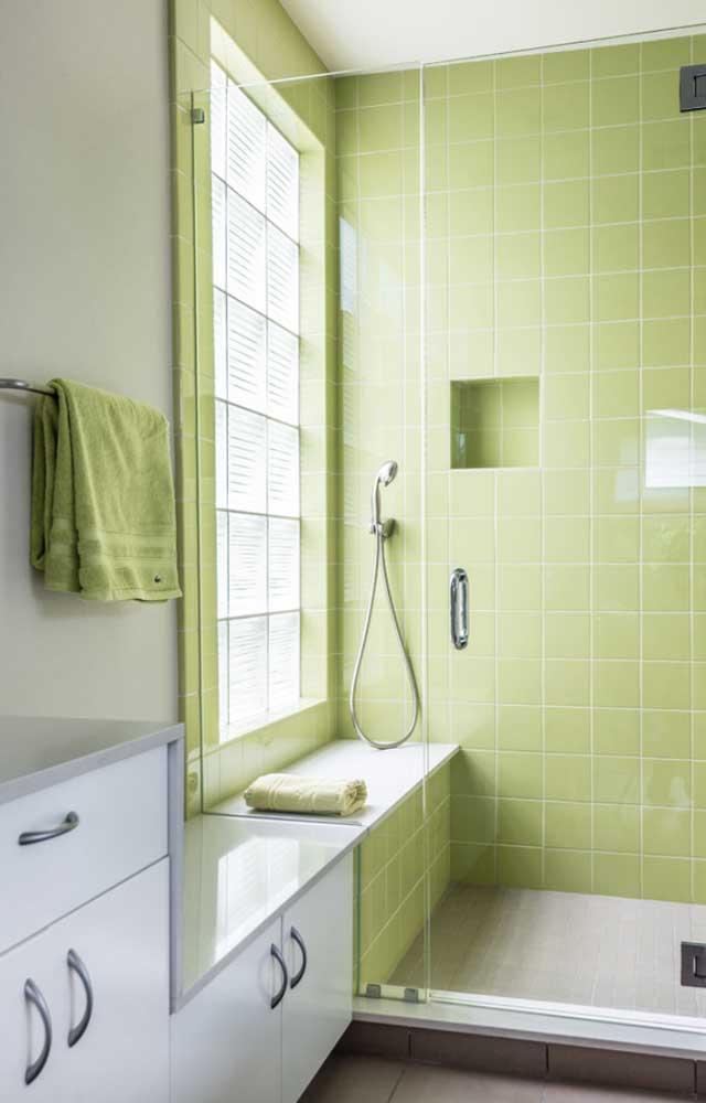 Revestimento verde para a área do box do banheiro; o tom mais quente da cor trouxe calor e aconchego para o ambiente