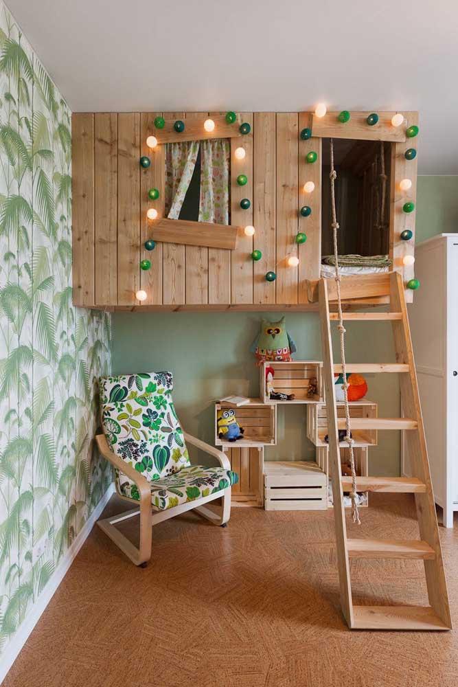 Que lindo esse quartinho infantil com uma réplica de casa na árvore; o tom de verde entra aqui para trazer o clima de natureza
