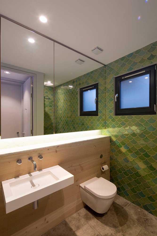 A parede desse banheiro ganhou um revestimento com tons variados de verde