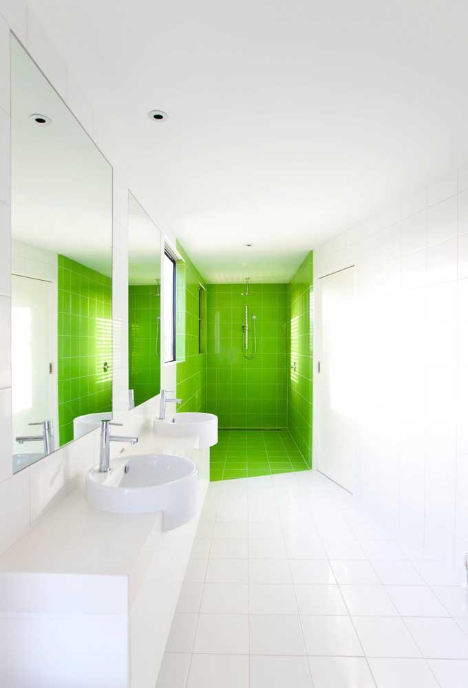 E o banheiro todo branco ganhou ânimo com a pequena parte revestida em verde limão