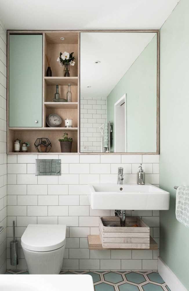 Já esse banheiro de estilo retrô apostou em um tom suave e bem clarinho de verde nas paredes