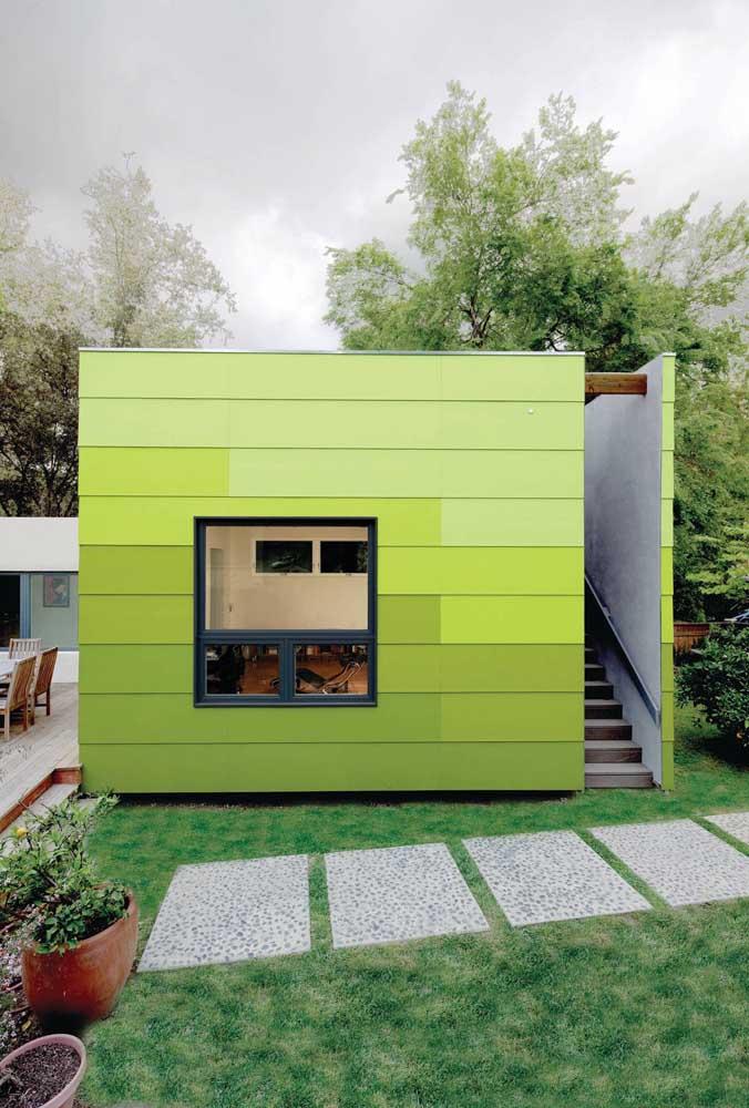 Linda inspiração de tom sobre tom de verde na fachada da edícula