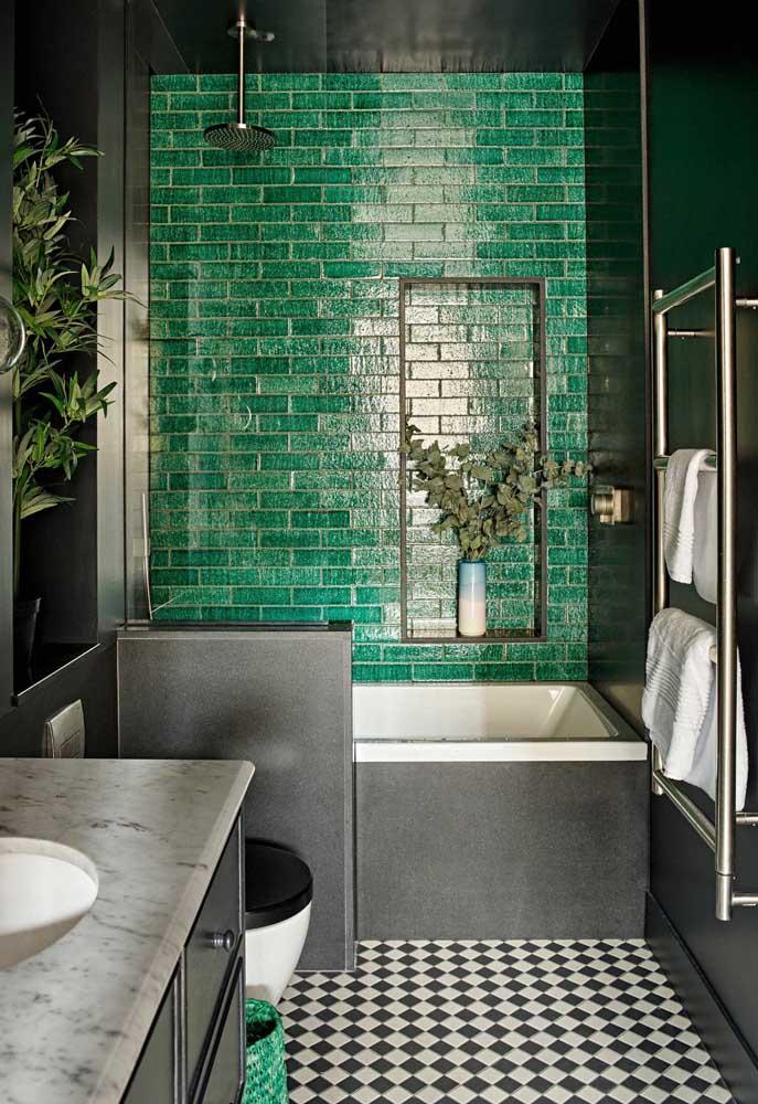 Banheiro contemporâneo com azulejos de metrô verde escuro; o preto vem para completar a proposta