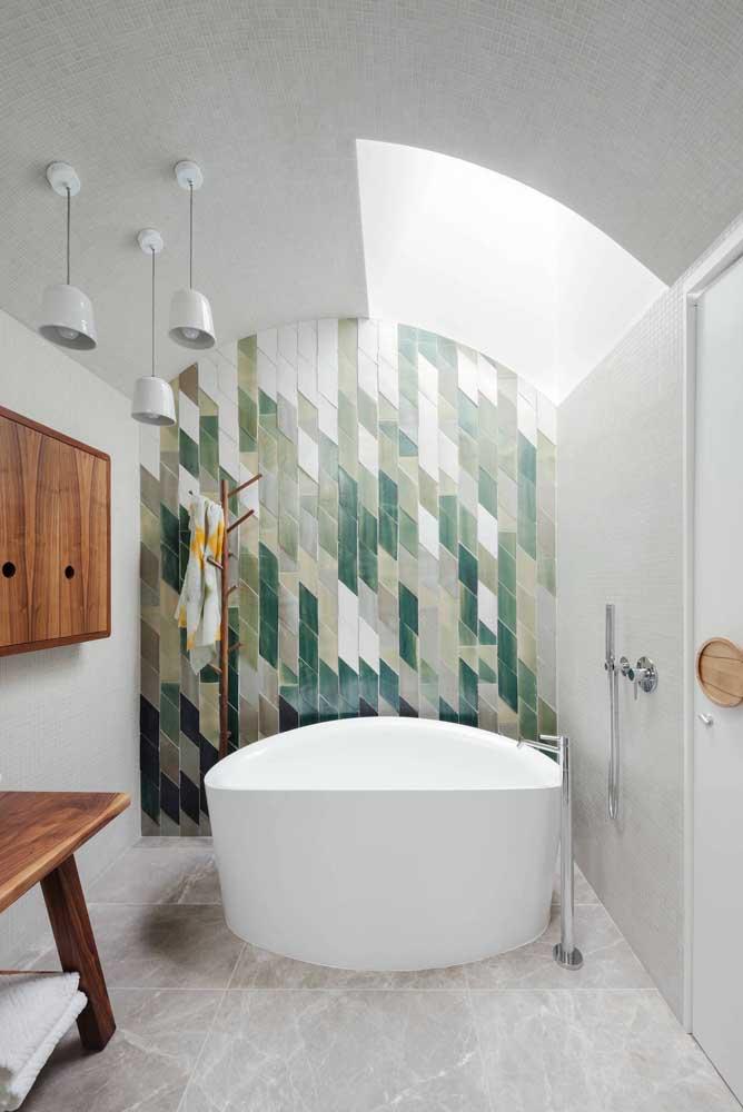 Tom sobre tom de verdes no revestimento da parede do banheiro