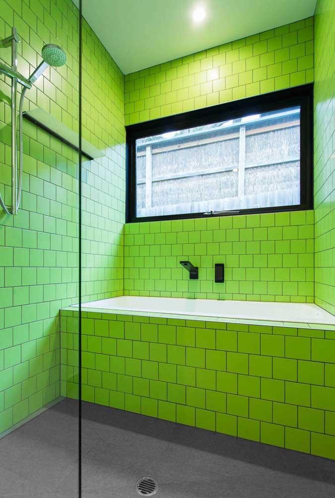 Para alegrar o dia, um banheiro todo revestido com azulejos em tom de verde limão