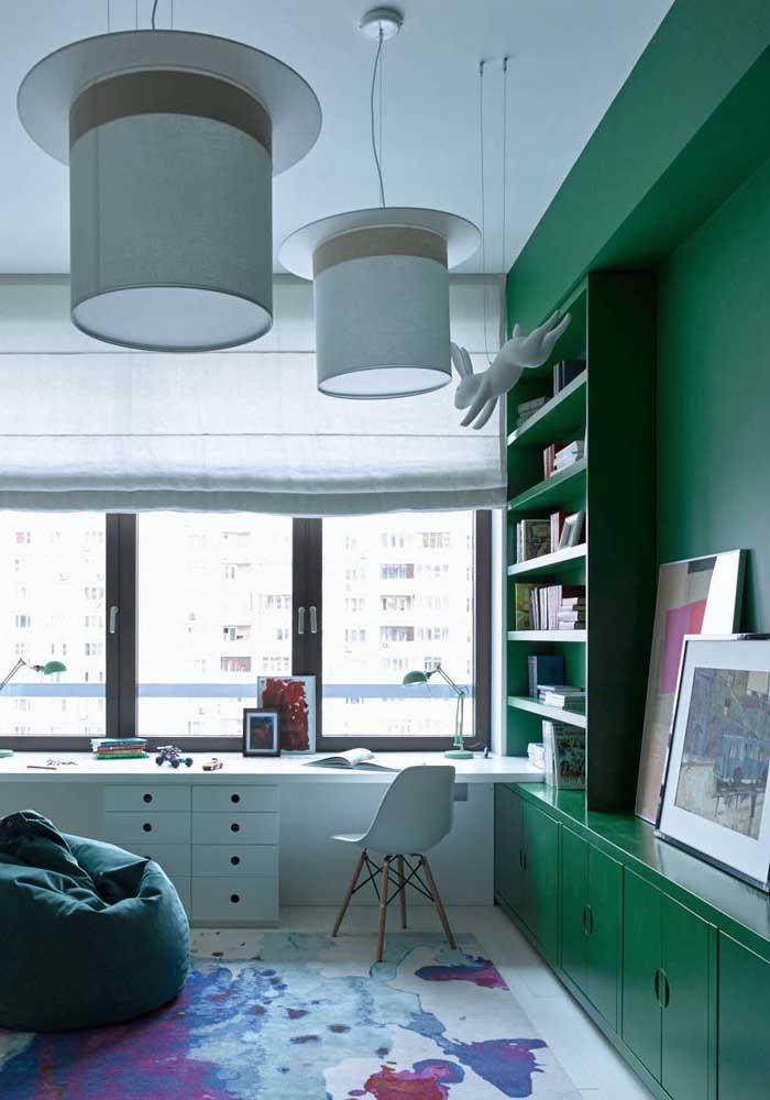Não muito comum, mas vale a aposta: móvel todo feito em tom de verde escuro
