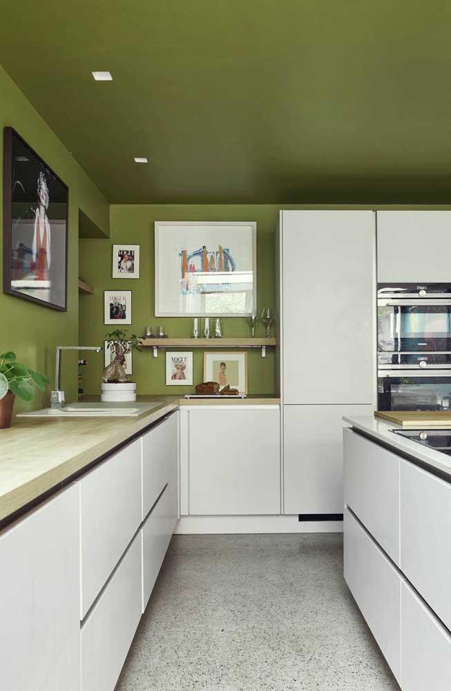 O verde oliva está com tudo nessa cozinha, das paredes ao teto