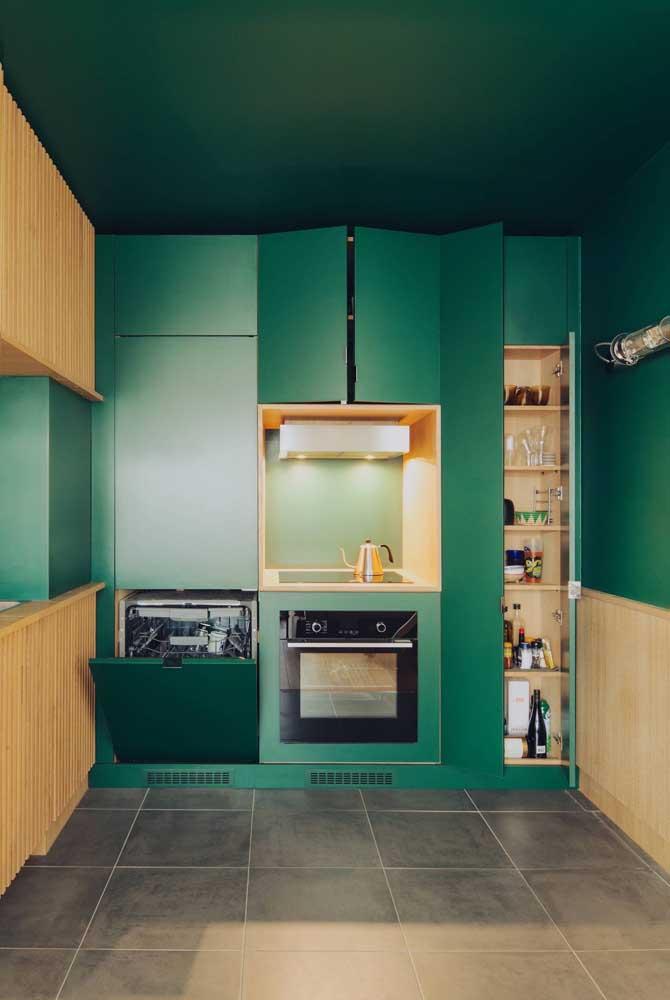 Armários, parede e teto se fundem no mesmo tom de verde