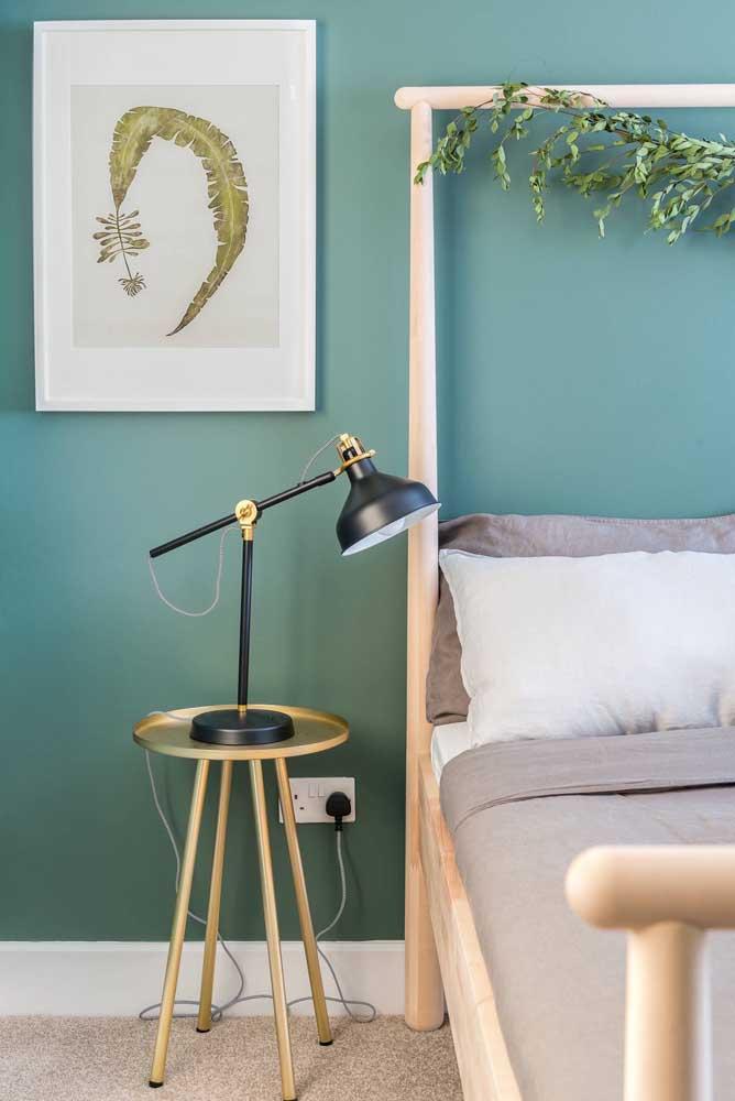 Uma parede verde azulada para combinar com a cama de madeira clara