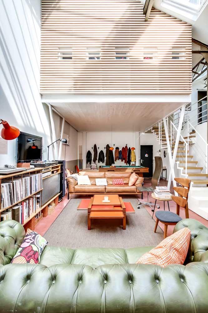 Que tal um sofá verde para arrematar a decor da sala de estar?