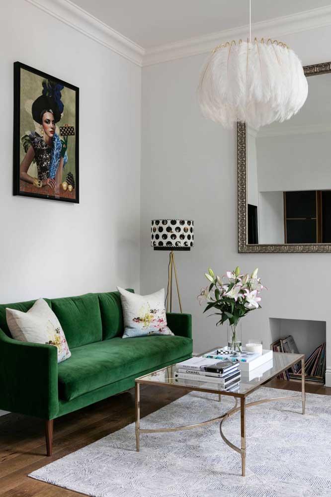 Sala de estar contemporânea com destaque para o sofá verde escuro em veludo
