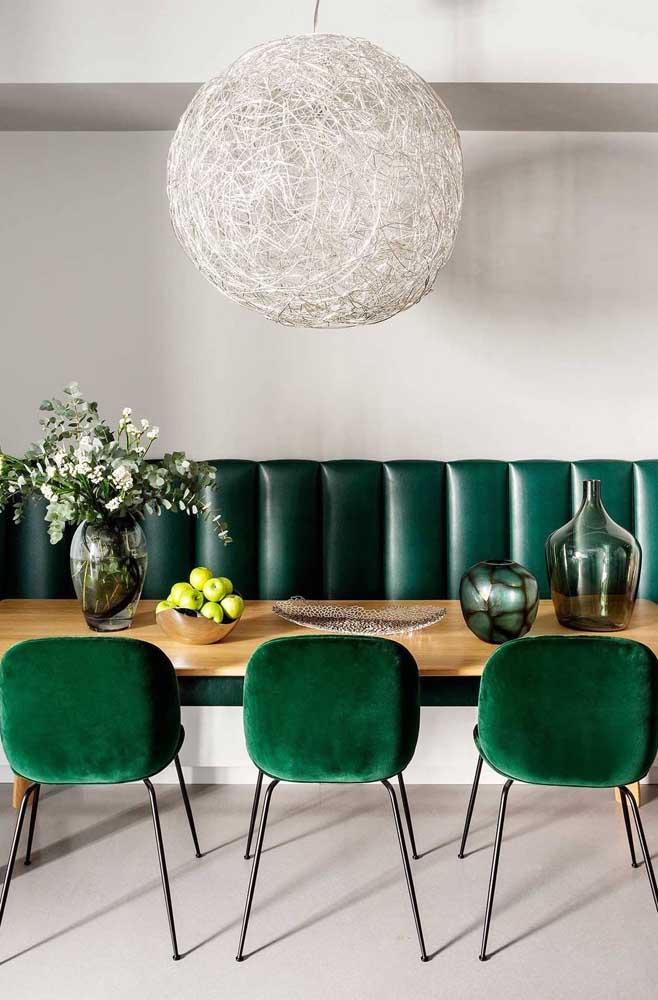 Sofisticada e elegante, essa sala de jantar apostou sem medo nos tons de verde escuro